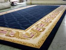 Covor clasic produs la comanda, fond bleumarin incadrat de ghirlande aurii