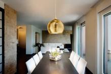 Lustra suspendata de plafon, placata cu aur, decorata manual, cu foita de aur